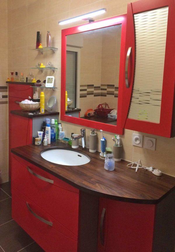 meuble salle-de-bains laqué rouge plan bois